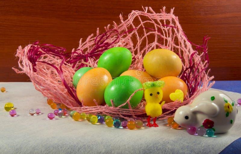 Ovos, coelho e galinha coloridos Páscoa fotos de stock