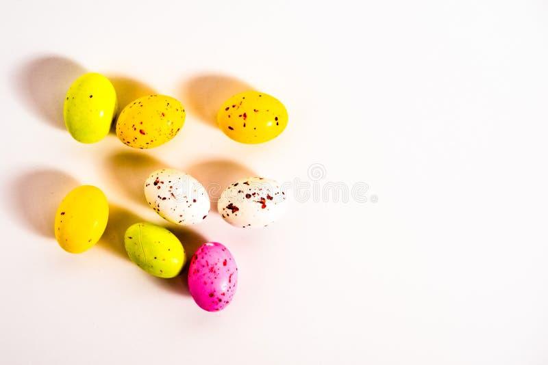 Ovos coloridos do ?ster em um copo imagem de stock