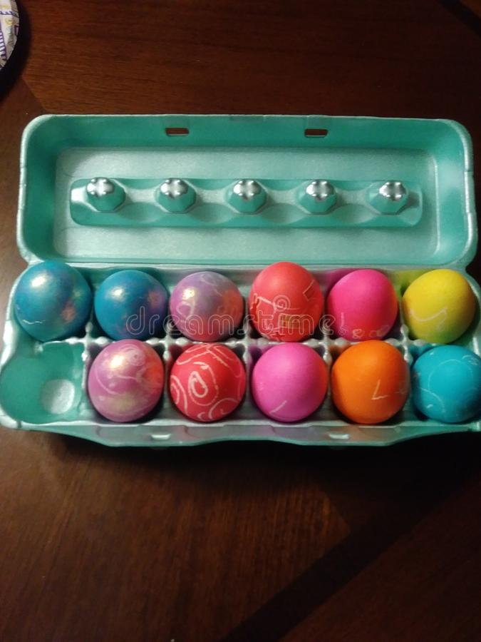 Ovos coloridos em uma caixa imagem de stock