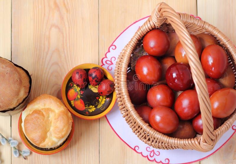 Ovos coloridos na cesta, bolos da Páscoa Vista superior fotos de stock royalty free