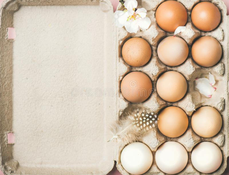 Ovos coloridos naturais na caixa para a Páscoa, espaço da cópia fotografia de stock royalty free