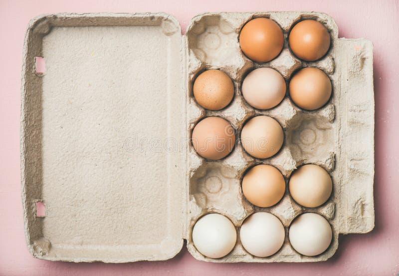 Ovos coloridos naturais para a Páscoa na caixa, espaço da cópia fotos de stock
