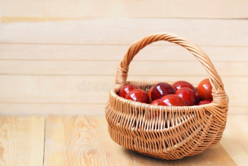 Ovos coloridos vermelho na cesta imagem de stock royalty free