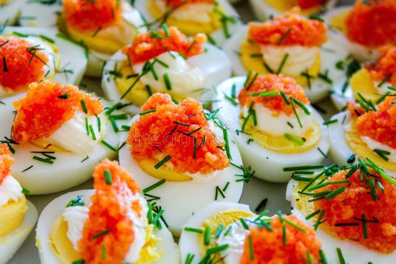 Ovos cozidos com aperitivo do caviar fotografia de stock