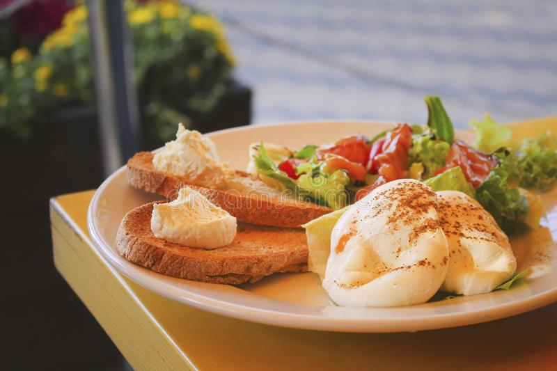 Ovos cozidos com brindes, musse do queijo, salada vegetal na tabela imagens de stock