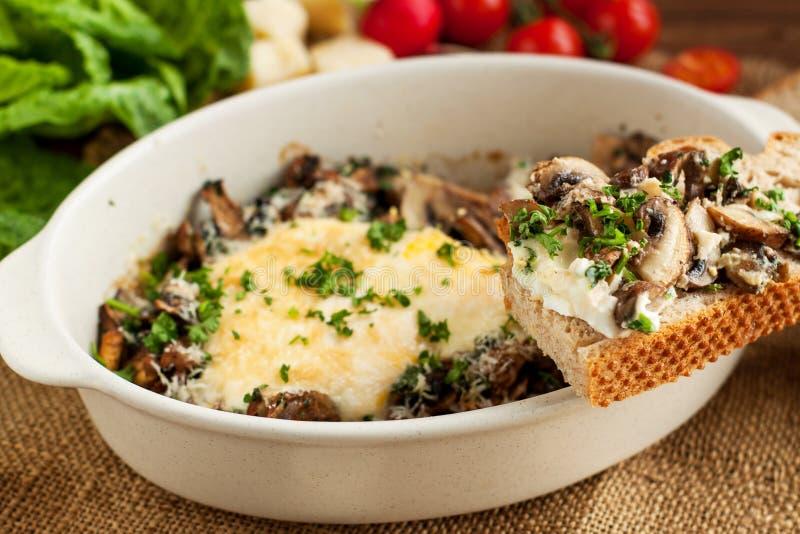 Ovos cozidos com os cogumelos com pão wholemeal fotos de stock