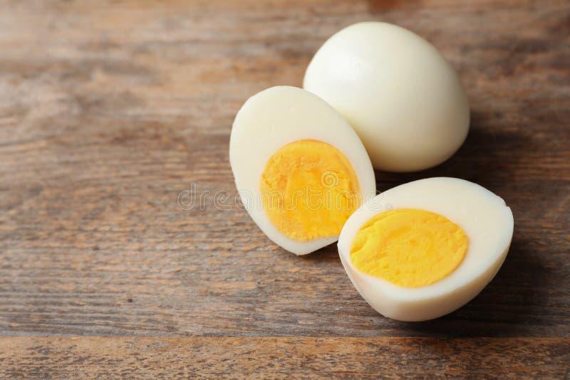 Ovos cozidos duros na tabela de madeira imagens de stock