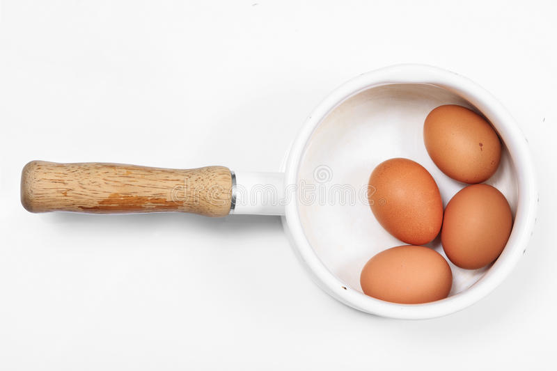 Ovos cozidos no potenciômetro do branco do estilo do vintage fotos de stock