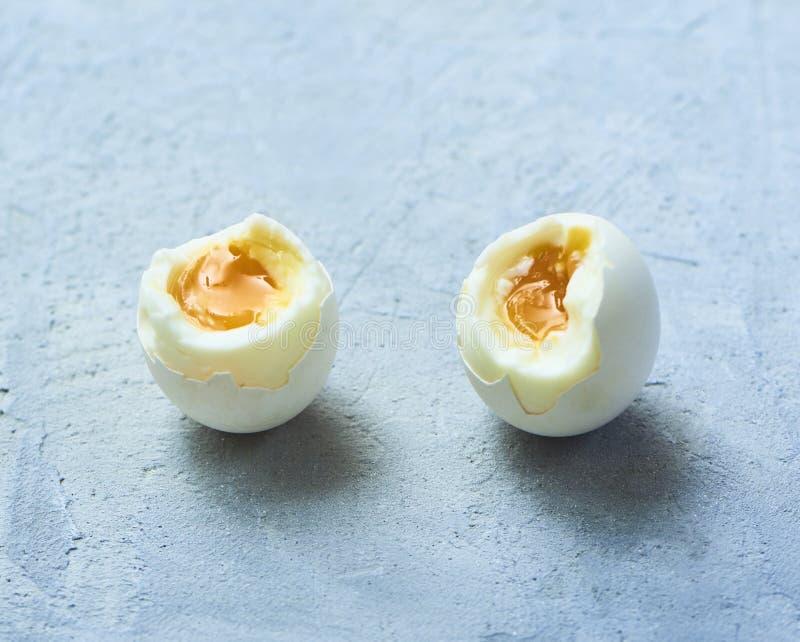 Ovos cozidos saborosos sobre o fundo rústico fotos de stock