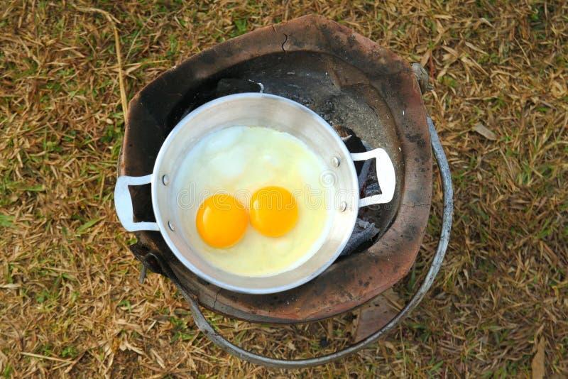 Ovos cozinhados em um fogão de acampamento imagens de stock