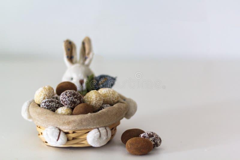 Ovos da amêndoa do chocolate da Páscoa na cesta do coelho imagens de stock royalty free
