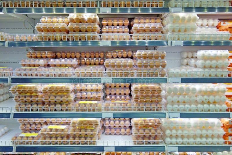 Ovos da galinha em prateleiras do supermercado foto de stock