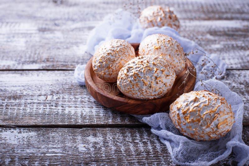 Ovos da páscoa brancos e dourados decorativos fotos de stock royalty free