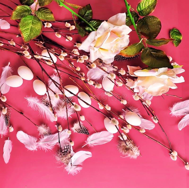 Ovos da páscoa brancos e projeto azul do feriado do tema do fundo dos cumprimentos da ilustração da árvore de salgueiro vermelho fotografia de stock royalty free