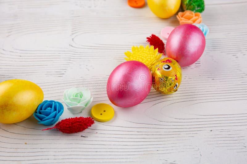 Ovos da p?scoa coloridos, bot?es e flores do Domingo de P?scoa feliz Decora??es do feriado da P?scoa imagens de stock royalty free
