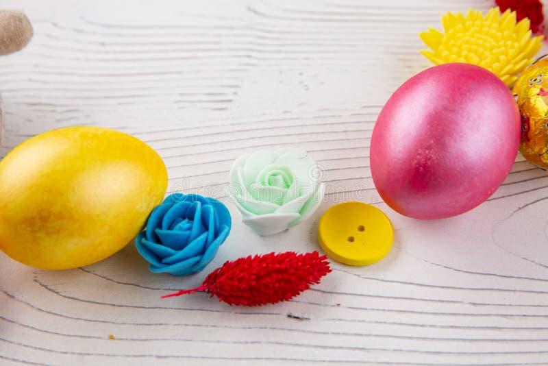 Ovos da p?scoa coloridos, bot?es e flores do Domingo de P?scoa feliz Decora??es do feriado da P?scoa fotografia de stock