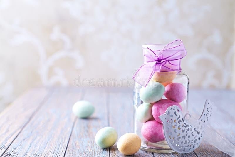 Ovos da páscoa coloridos do chocolate em um frasco imagem de stock royalty free