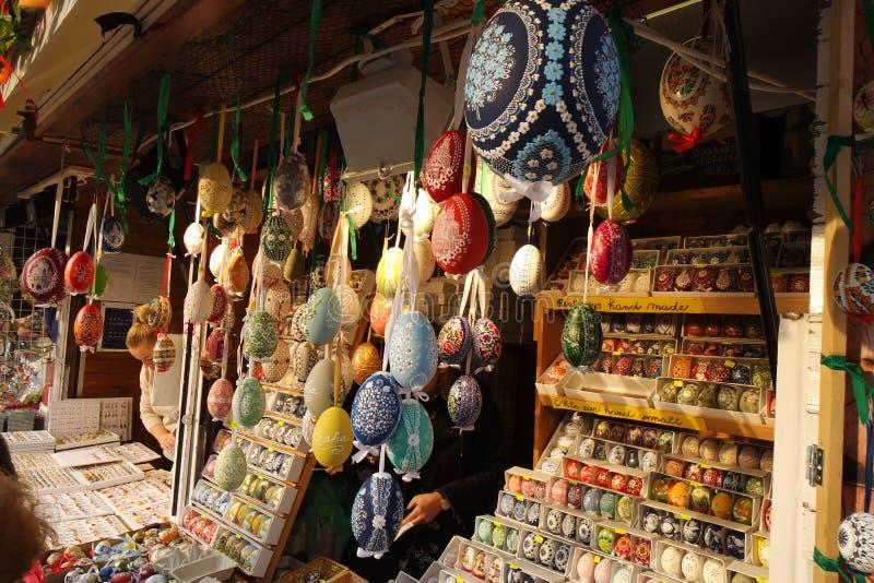 Ovos da páscoa coloridos do teste padrão no mercado de rua fotos de stock royalty free