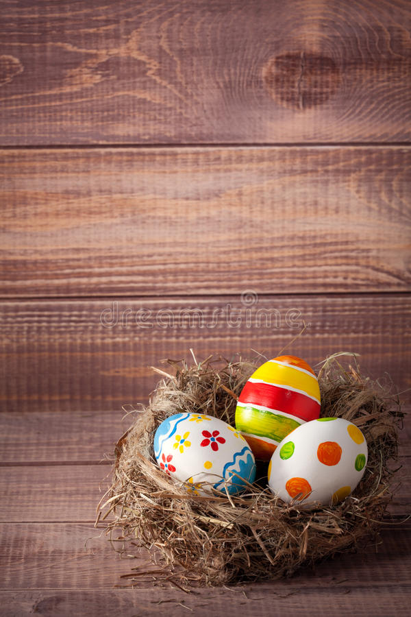 Ovos da páscoa coloridos em um ninho imagem de stock royalty free