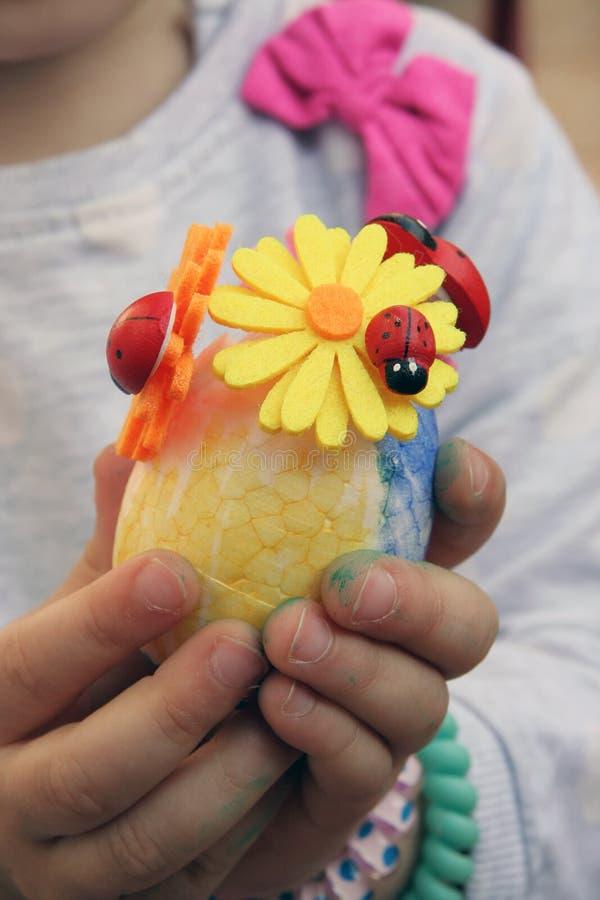 Ovos da páscoa coloridos em um suporte Os ovos da páscoa pintaram por uma criança foto de stock royalty free