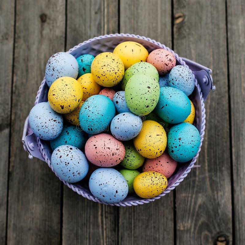 Ovos da páscoa coloridos em uma cubeta no fundo de madeira, cartão do feriado imagens de stock royalty free