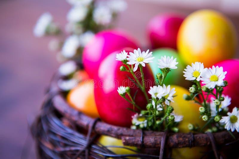 Ovos da páscoa coloridos na cesta marrom imagens de stock royalty free