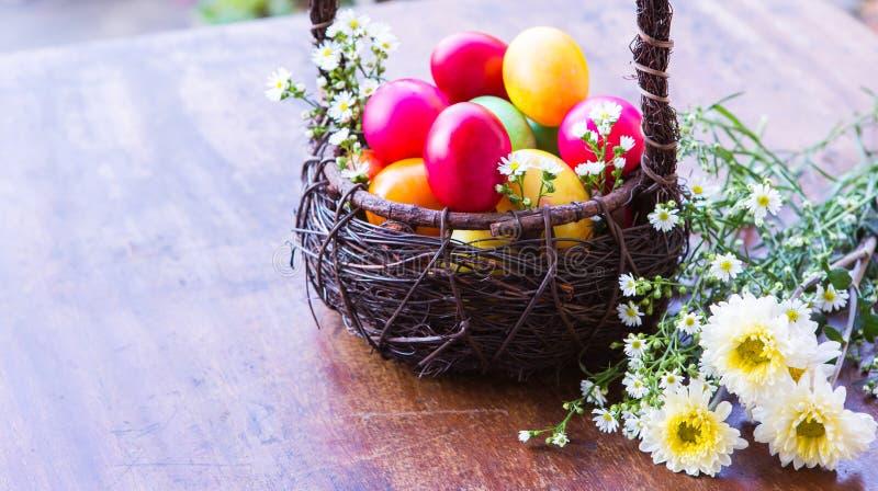 Ovos da páscoa coloridos na cesta marrom foto de stock