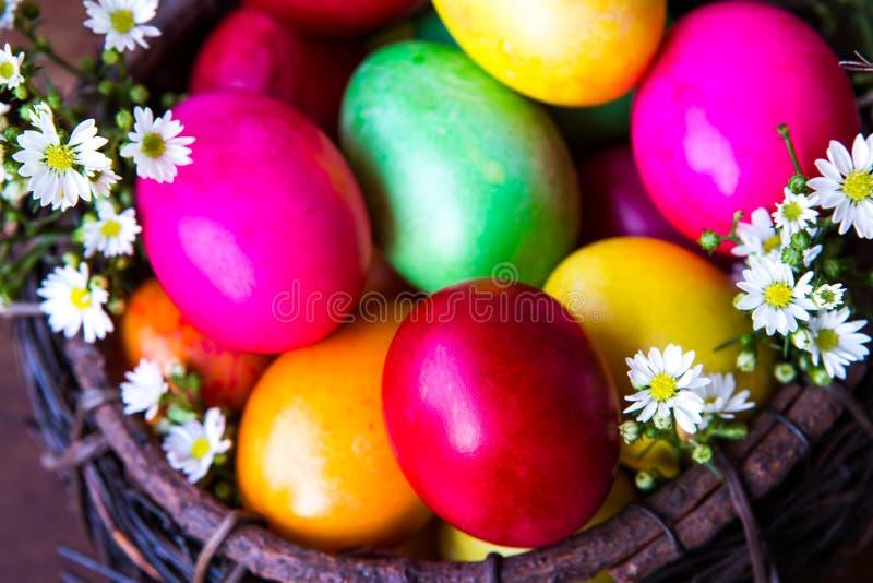 Ovos da páscoa coloridos na cesta marrom fotos de stock royalty free