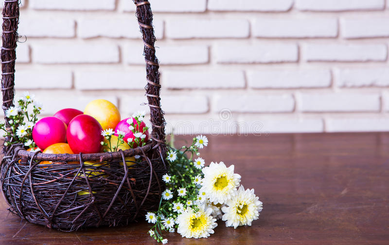 Ovos da páscoa coloridos na cesta marrom fotografia de stock royalty free