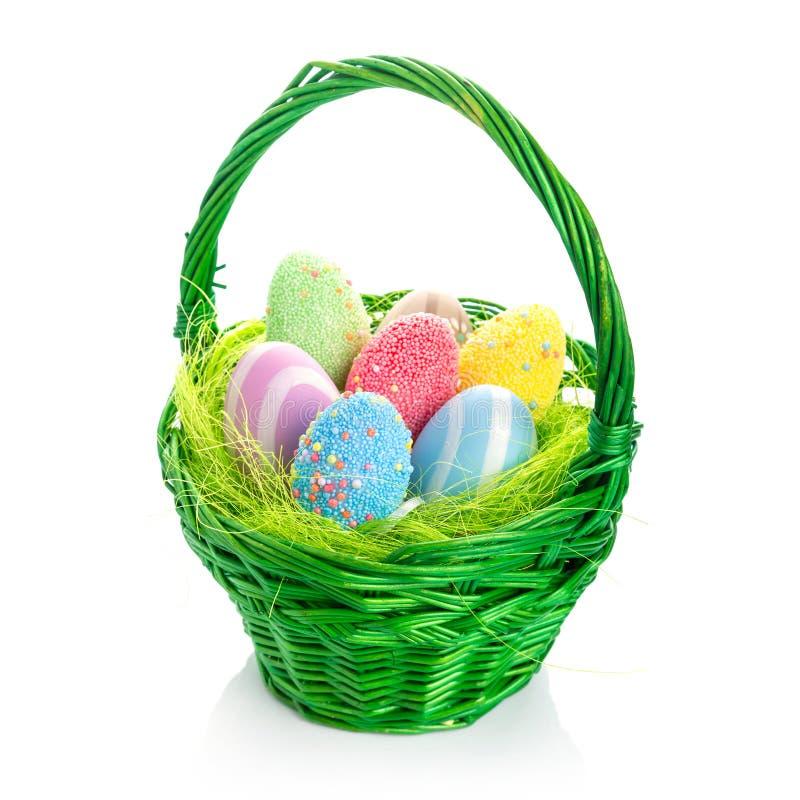 Ovos da páscoa coloridos na cesta imagens de stock