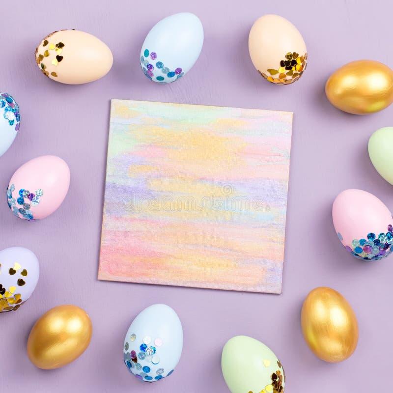 Ovos da páscoa coloridos pasteis decorados nas lantejoulas no fundo pastel, espaço da cópia Cartão feliz da Páscoa imagem de stock royalty free