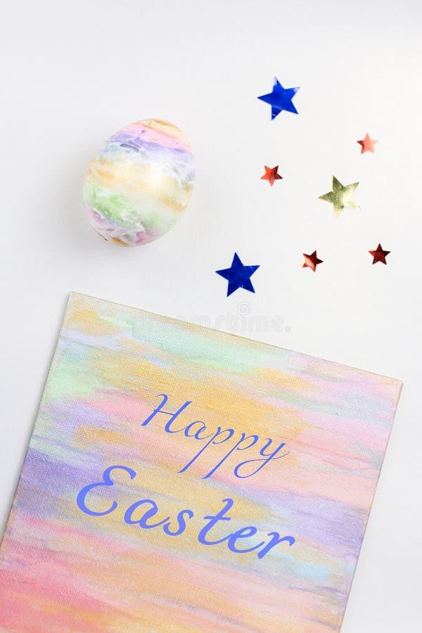 Ovos da páscoa coloridos pasteis e decorações, espaço da cópia Cartão feliz da Páscoa fotografia de stock