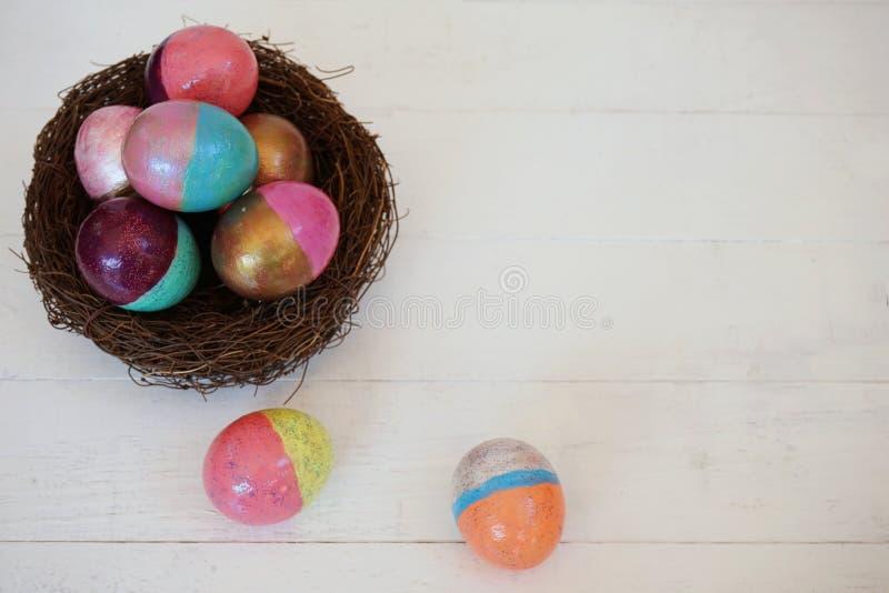 Ovos da páscoa coloridos que pintam a atividade com fundo da bandeja da cor, evento do divertimento para o conceito da criança foto de stock