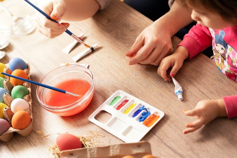 Ovos da páscoa colorindo da criança criativa irreconhecível no pré-escolar imagens de stock