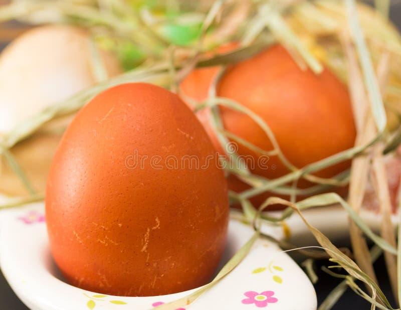 Ovos da páscoa com feno em uma bandeja de prata fotos de stock