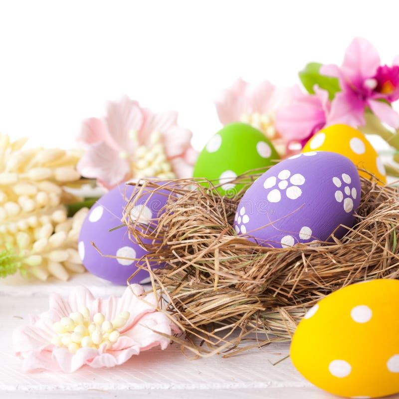 Ovos da páscoa com ninho imagem de stock royalty free