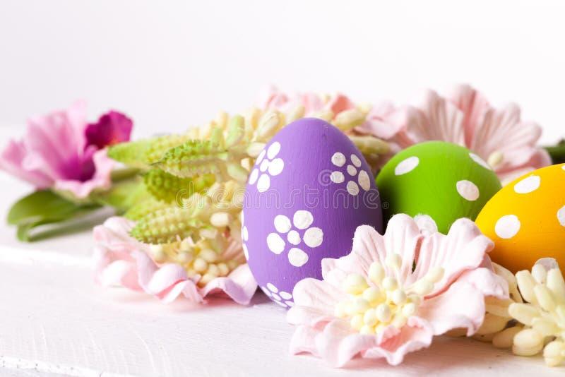 Ovos da páscoa com ninho imagens de stock