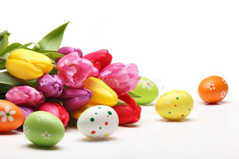 Ovos da páscoa com tulipas imagens de stock royalty free