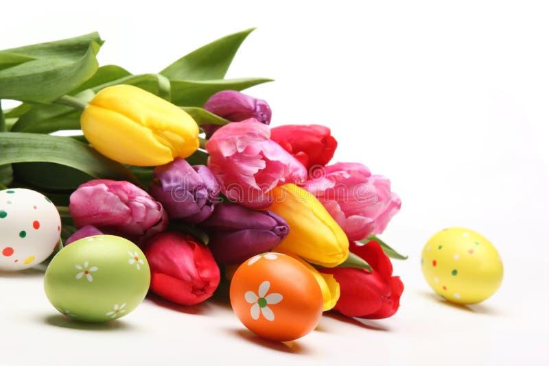 Ovos da páscoa com tulipas fotografia de stock royalty free