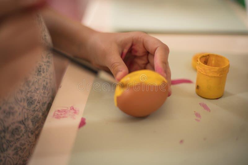 Ovos da páscoa como o sol para um coelhinho da Páscoa pequeno fotografia de stock royalty free