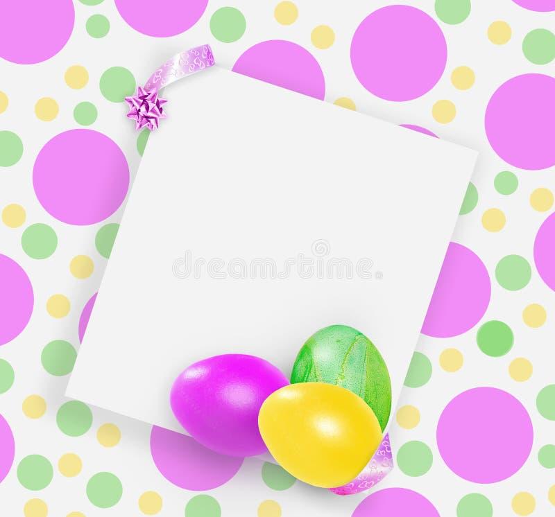 Ovos da páscoa cor-de-rosa, amarelos e verdes no fundo brilhante manchado ilustração do vetor