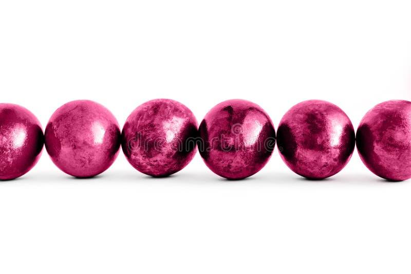 Ovos da páscoa cor-de-rosa na moda alinhados no fundo branco isolado Close-up imagem de stock