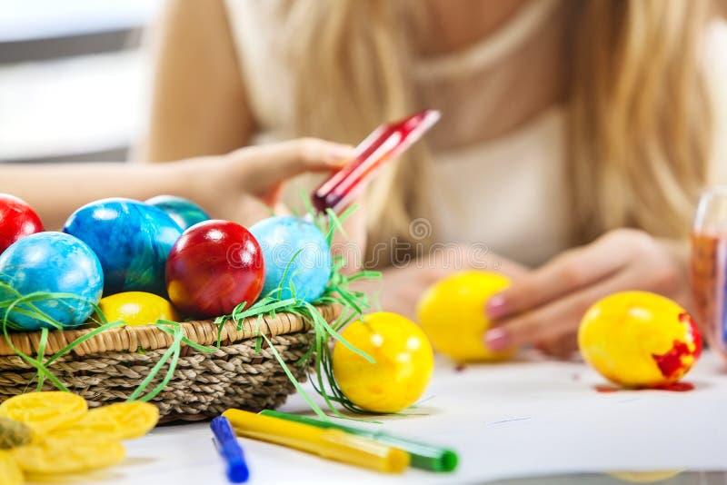 Ovos da páscoa da pintura das crianças em casa imagens de stock royalty free