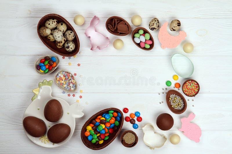 Ovos da páscoa de chocolate, doces deliciosos coloridos, ovos Páscoa foto de stock