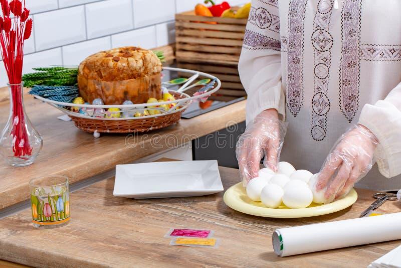 Ovos da p?scoa de pintura da mulher, conceito da prepara??o dos ovos da p?scoa Fim acima foto de stock royalty free