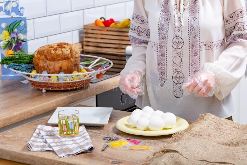 Ovos da p?scoa de pintura da mulher, conceito da prepara??o dos ovos da p?scoa Fim acima imagens de stock royalty free