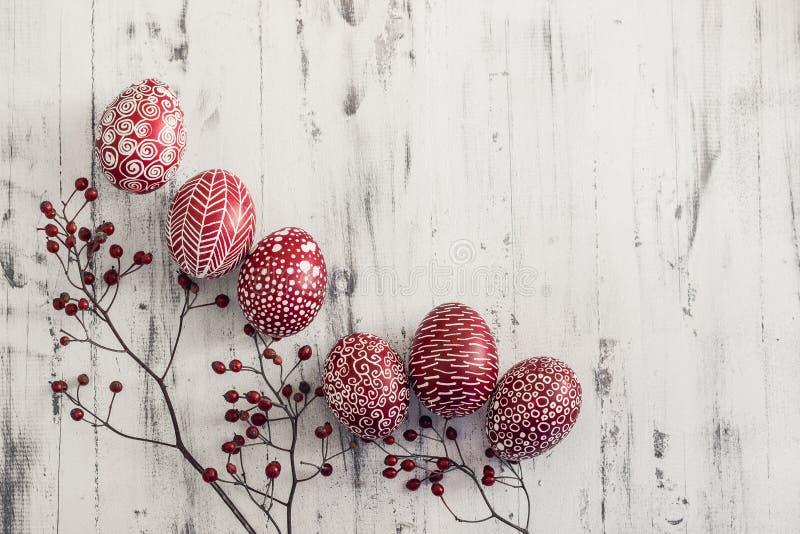 Ovos da páscoa decorados Pysanka no fundo de madeira whitewashed imagem de stock royalty free