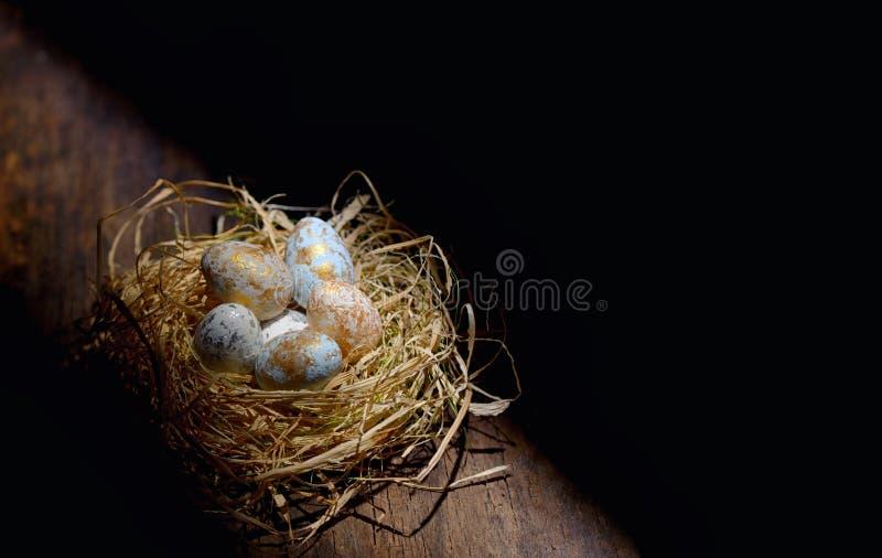 Ovos da páscoa decorativos no ninho imagem de stock