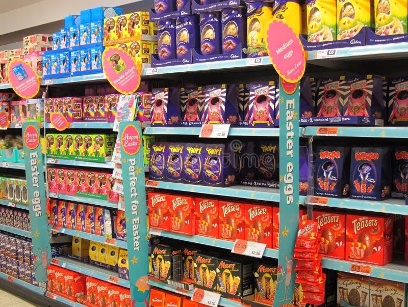 Ovos da páscoa do chocolate na venda. fotografia de stock royalty free