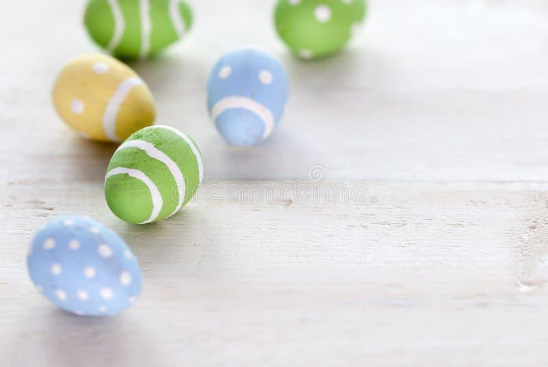 Ovos da páscoa do verde azul e do amarelo com espaço da cópia imagem de stock royalty free